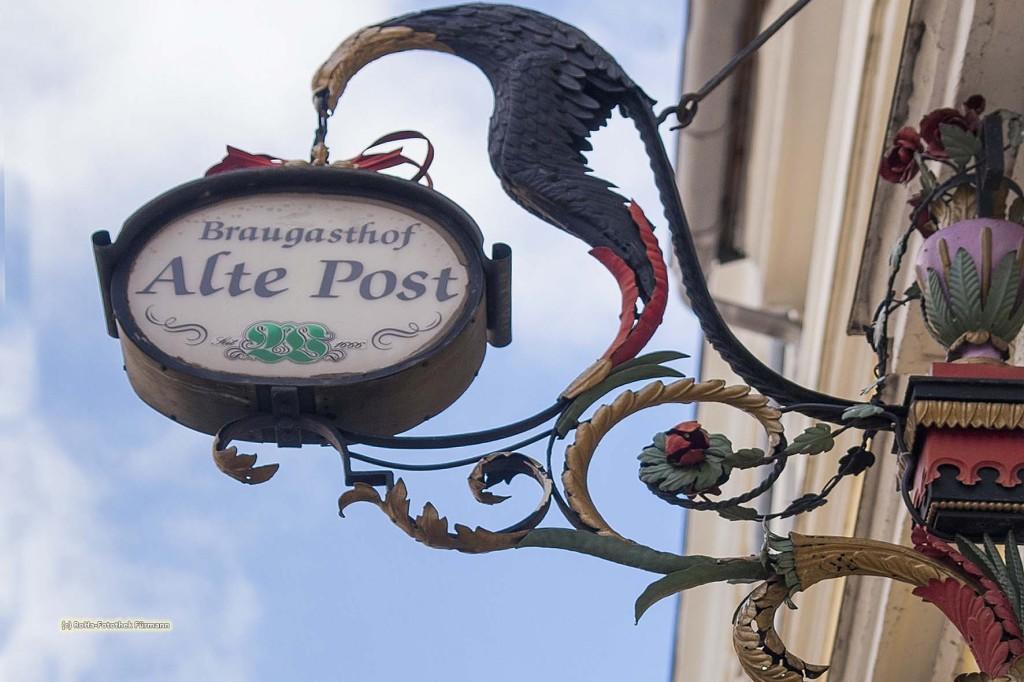 herrlicher Ausleger - Zunftzeichen - in der Marktstraße in Teisendorf, der Ausleger des Gasthofes Alte Post