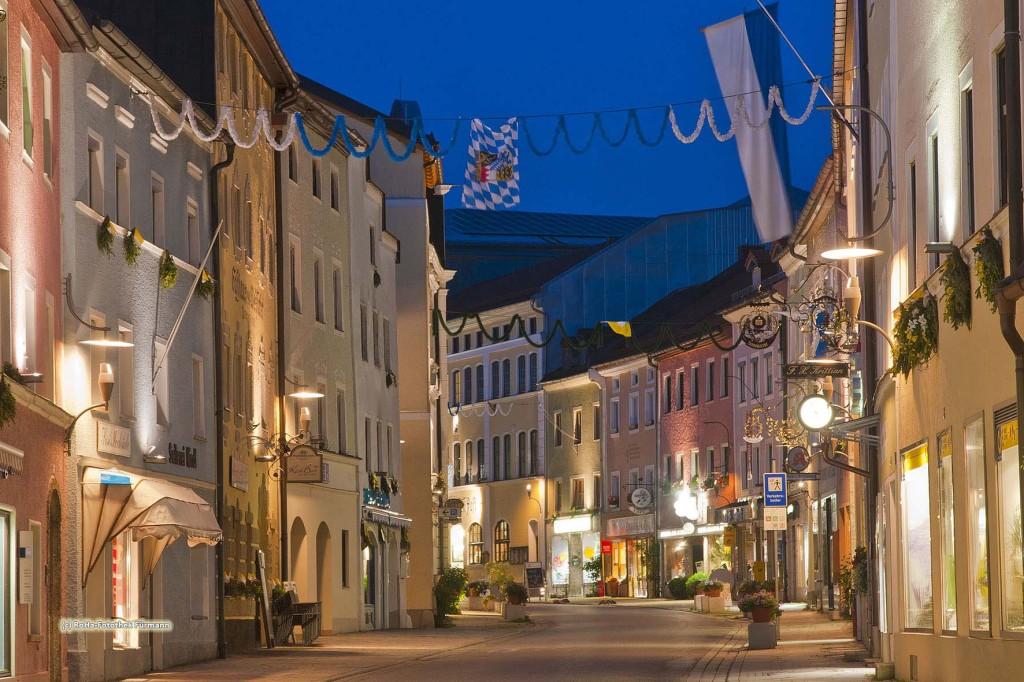 die Marktstraße in Teisendorf in der Stimmung der abendlich-blauen Stunde, die Marktstraße ist errichtet im sog. Inn-Salzachbaustil, auch venezianischer Baustil genannt, Teisendorf liegt im Landkreis Berchtesgadener Land, Oberbayern, Deutschland