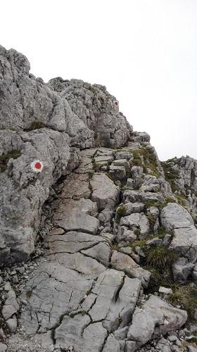 Rot-Weiße Punkte leiten über den Grat