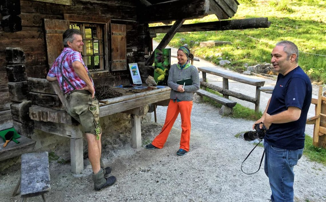 Journalistin Karin Lochner und Fotograf Peter von Felbert beim Bergbrenner auf der Priesbergalm