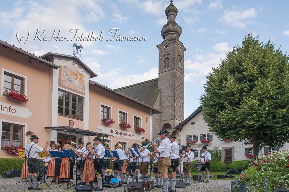 Standkonzert der Musikkapelle Anger-Höglwörth auf dem Dorfplatz von Anger