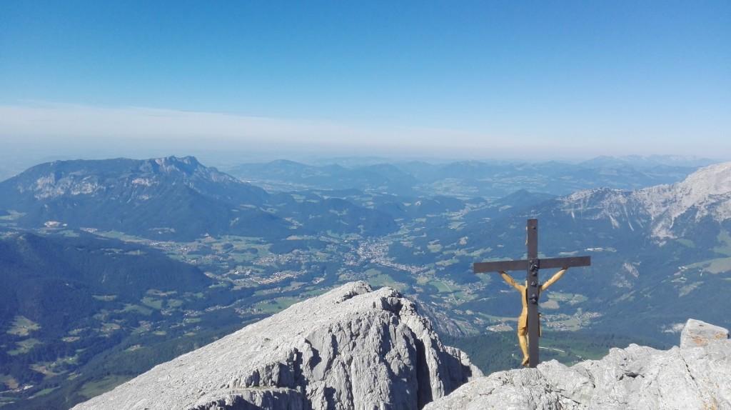 Blick über das Gipfelkreuz runter nach Berchtesgaden