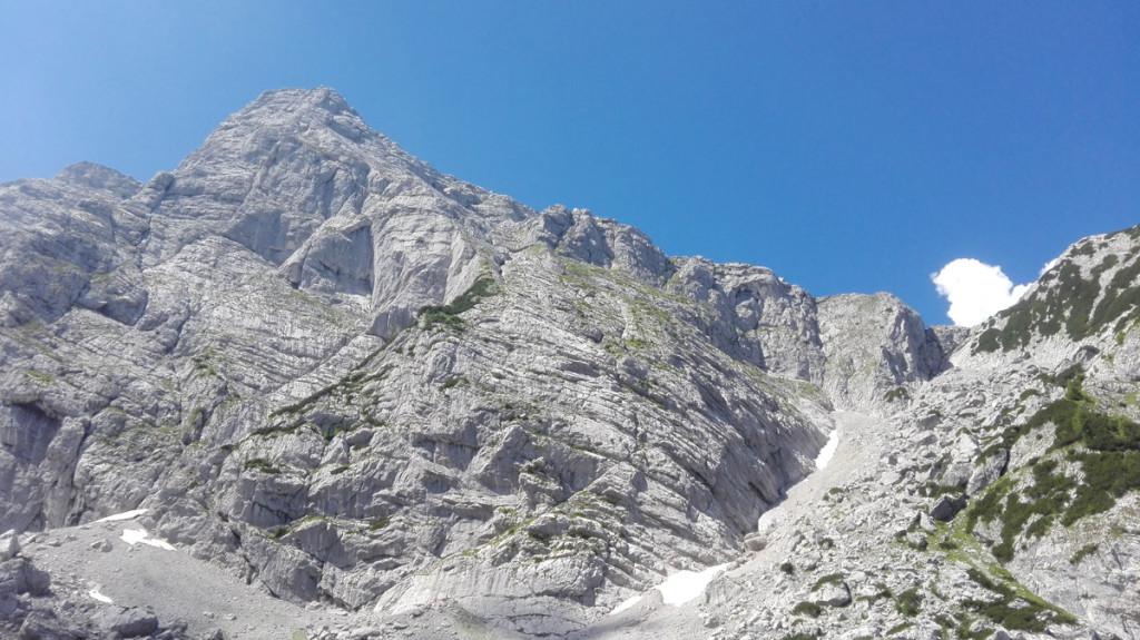 Blick auf den Rotpalfen, dem ersten Gipfel der Überschreitung. Rechts blickt man die Aufstiegsrinne zum Schönen Fleck hinauf. Auf Höhe der Wolke erreicht man den Grat.