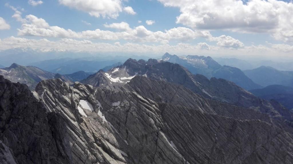 Blick über die geriffelten Gratschneiden der Hochkalter- und Hocheisspitzgruppe.