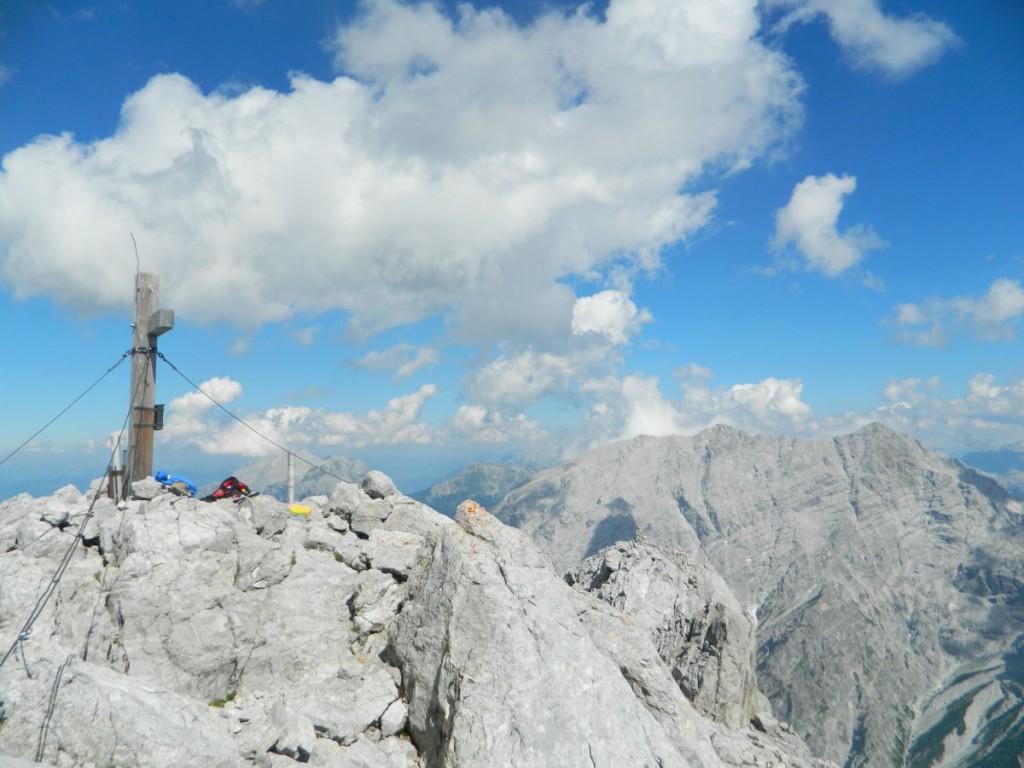 Gipfelkreuz mit der Watzmann-Westwand im Hintergrund.