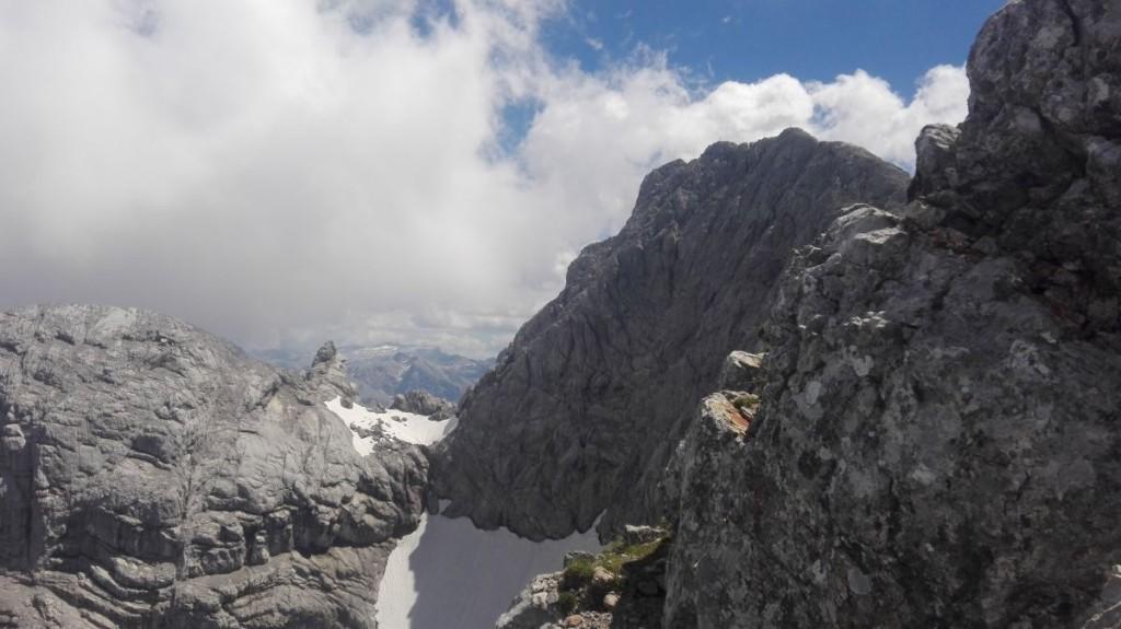 Blick vom Grat zu den Respekt einflößenden Abstürzen des Hochkaltergipfels.