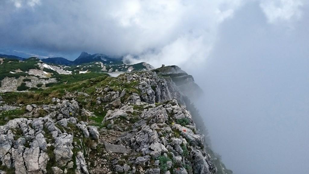 Eine einzigartige Atmosphäre: Rechts die Ausstiegsstelle des Klettersteigs mit den aufziehenden Nebelschwaden