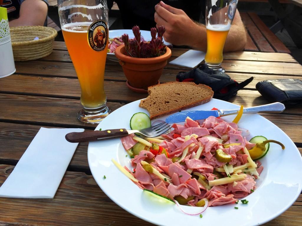 Schweizer Wurstsalat und ein passendes Getränk ;)