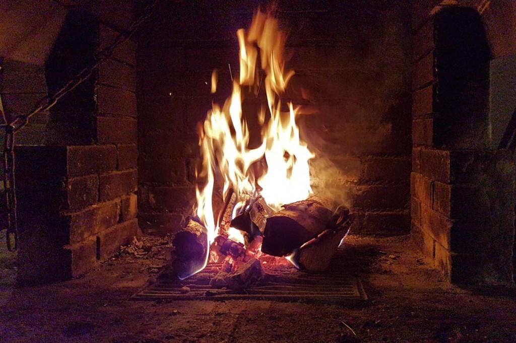 Kaminfeuer im Ahornkaser