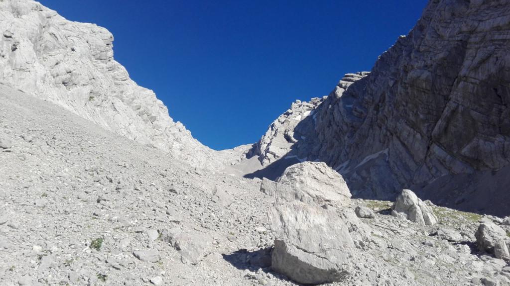 Rückblick durch das obere Ofental. Das tiefe Blau des Himmels bieten einen tollen Kontrast zu den hellen Felsen.