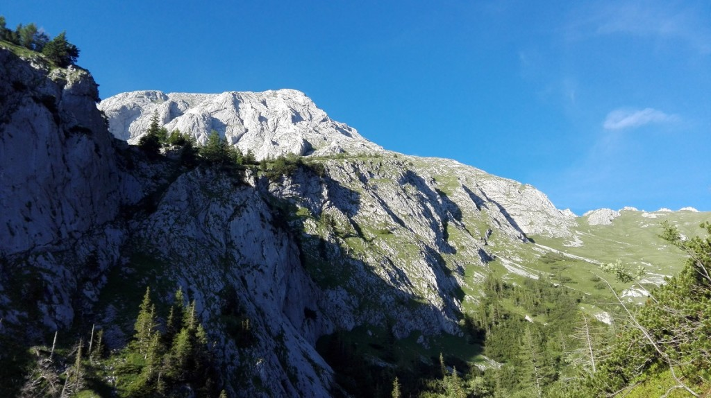Rückblick zum Hohen Brett, durch das Tal rechts verläuft der Abstieg zur Mitterkaseralm