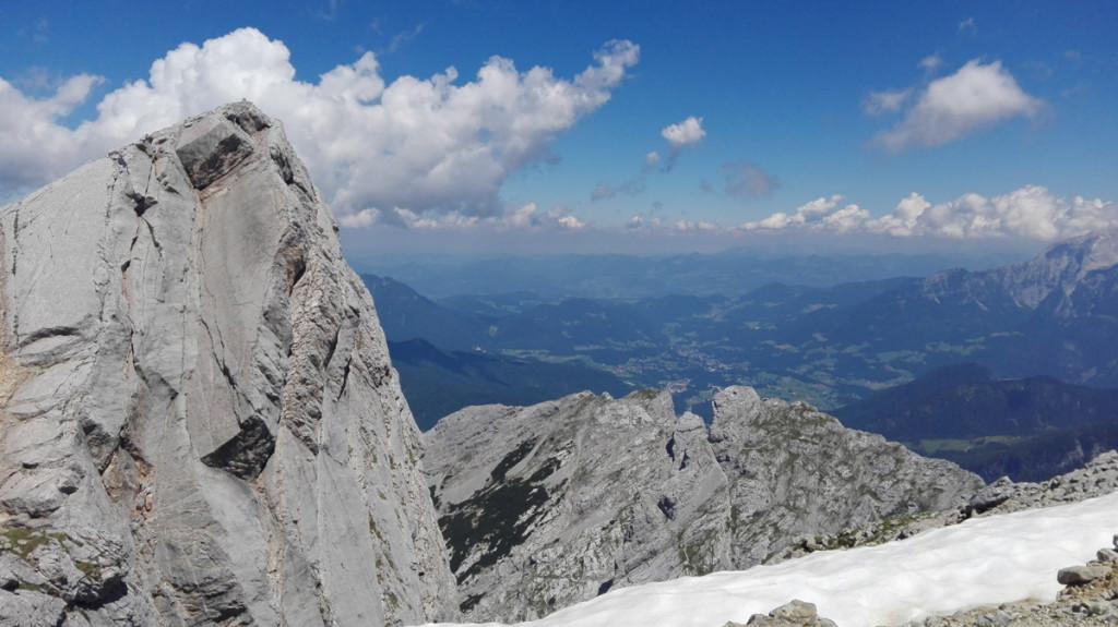 Der Blick geht am Rotpalfen vorbei und über die immer kleiner werdende Schärtenspitze nach Berchtesgaden runter.