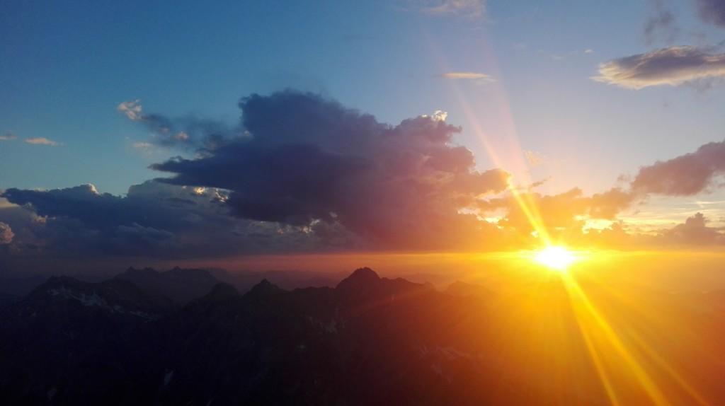 Magischer Moment am Hocheck, die Sonne geht hinter dem Hochkalter unter
