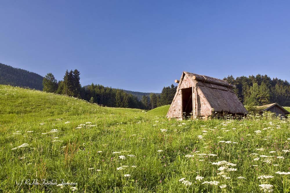 die Rindenhütte der Köhler in Neukirchen in der Gemeinde Teisendorf, Berchtesgadener Land, Oberbayern, Deutschland