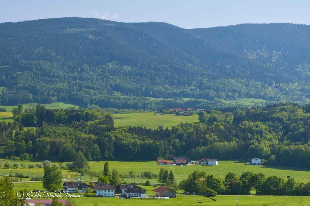 Teisendorf aus Nord-West im Panorama mit Untersberg, Fuderheuberg, Hochstaufen und Teisenberg, Berchtesgadener Land, Bayern, Deutschland