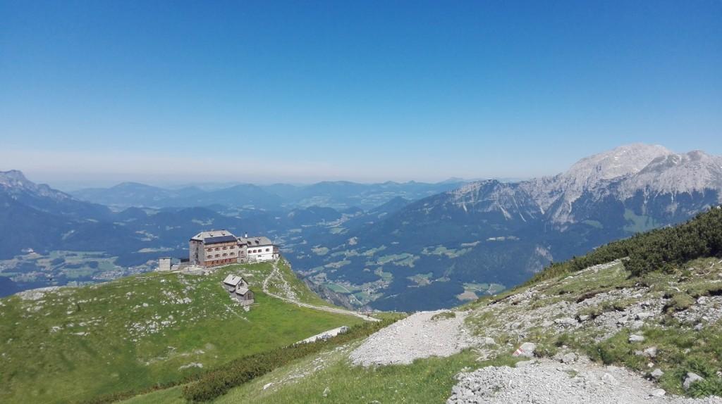 Rückblick zum Watzmannhaus, das hoch über dem Berchtesgadener Talkessel thront