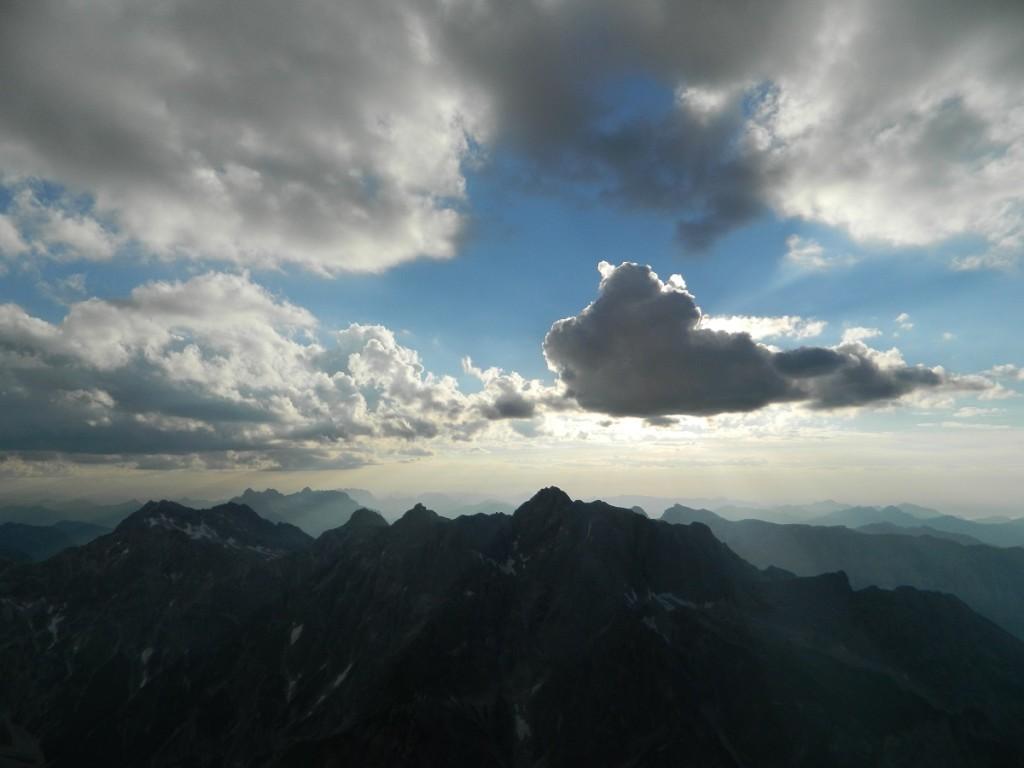Einige dunkle Wolkenfetzen schafften es über den Hochkalter ins Berchtesgadener Land