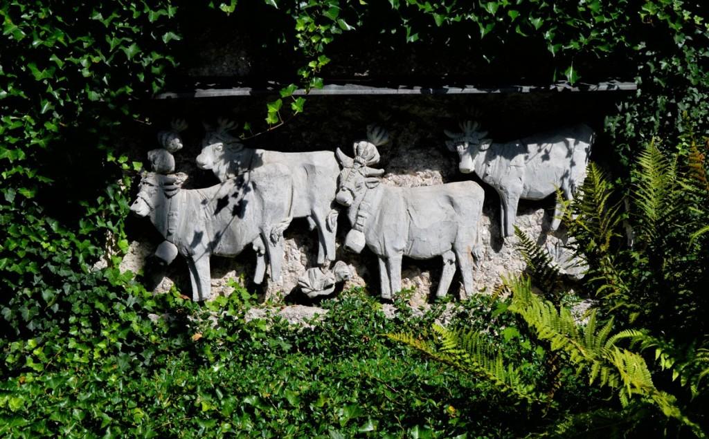 Relief des Almabtriebs in der Mauer zum Kurgarten