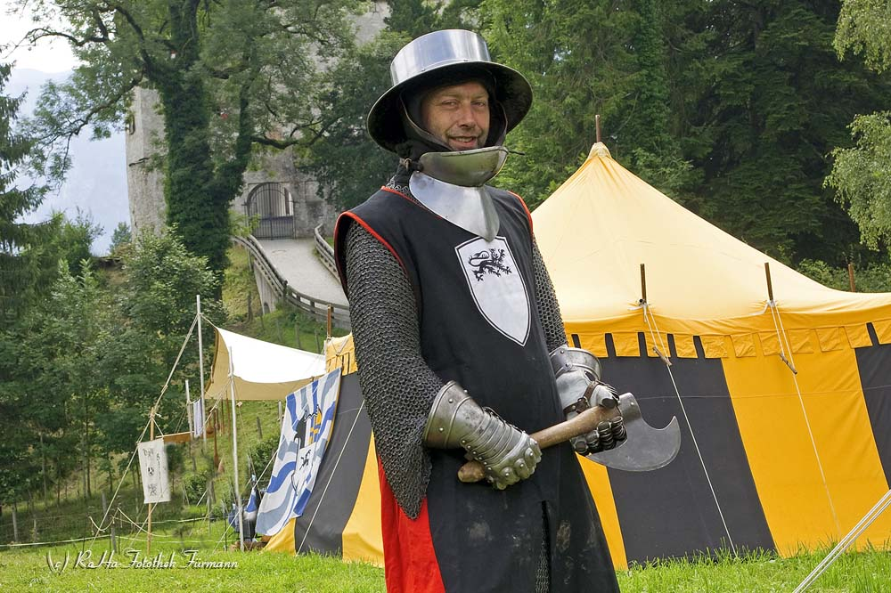 Ritter beim mittelalterlichen Fest am Fuße von Schloss Staufeneck in Piding, Bayern, Deutschland