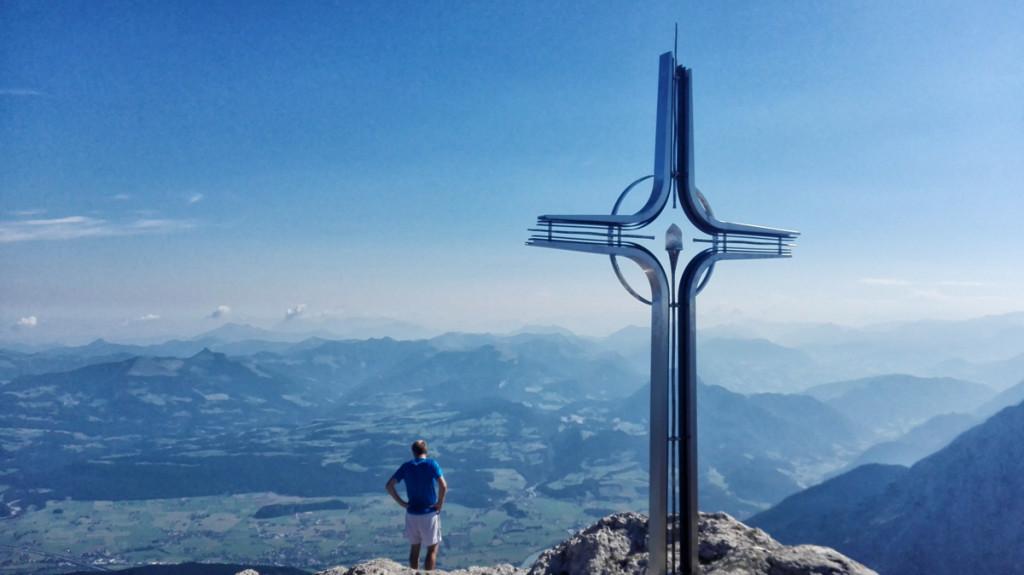 Hoch über dem Salzachtal ragt das schöne Gipfelkreuz des Gölls in den diesiegen Spätsommerhimmel.