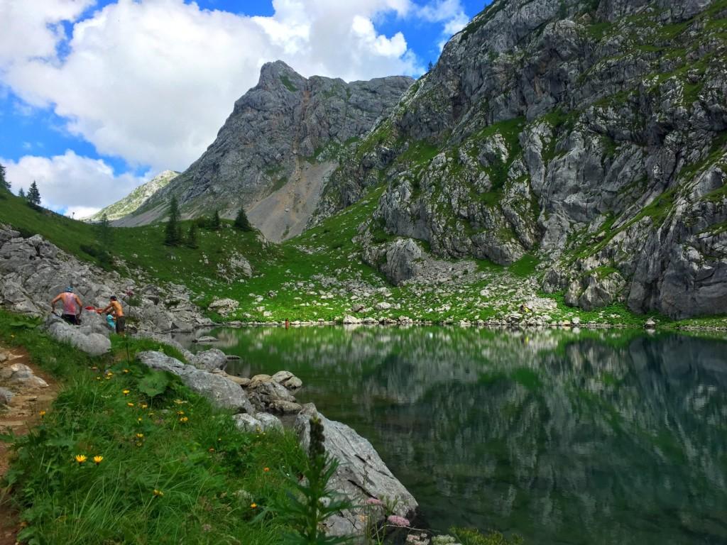 Rund um den See genießen die Wanderer ihre Pause