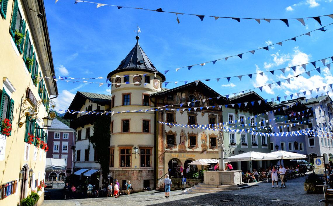 Marktplatz Berchtesgaden mit Marktbrunnen und Hirschenhaus