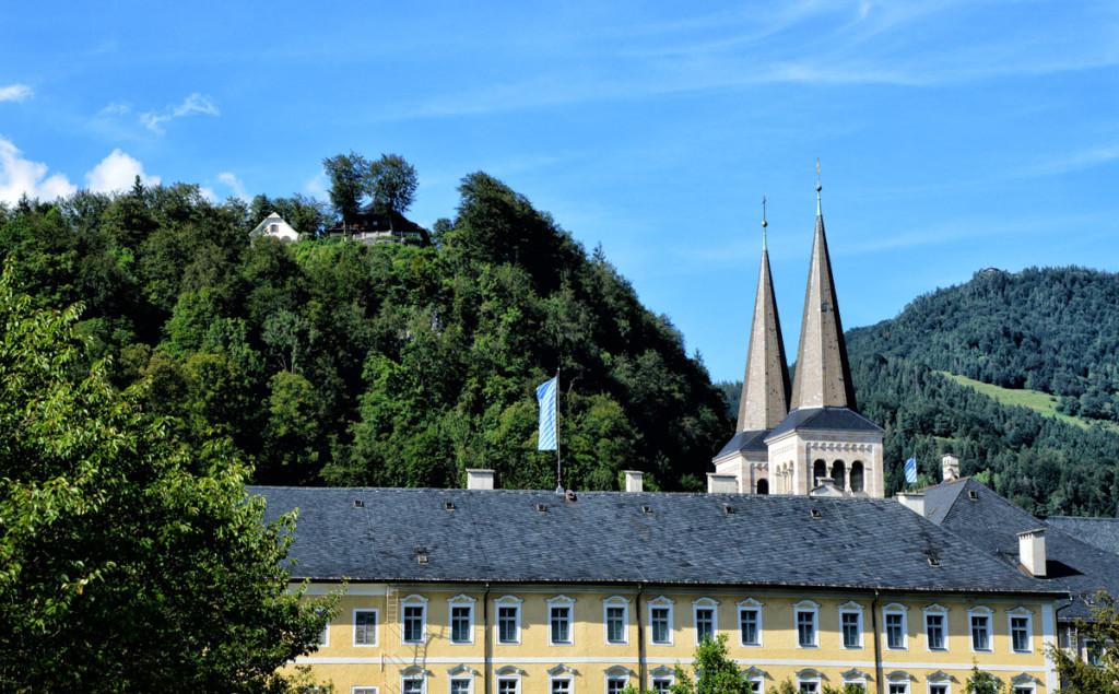 Blick vom Kurgarten Berchtesgaden über das Königliche Schloss zu den Türmen der Stiftskirche