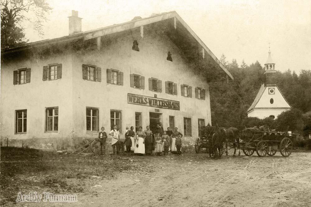 das Werks-Wirtshaus von Achthal mit der Kapelle Maria Schnee