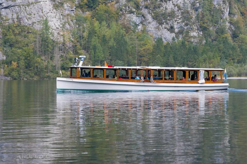 ein Schiff der Königsseeschifffahrt auf dem See im Herbst - Berchtesgadener Land, Oberbayern, Deutschland, Germany