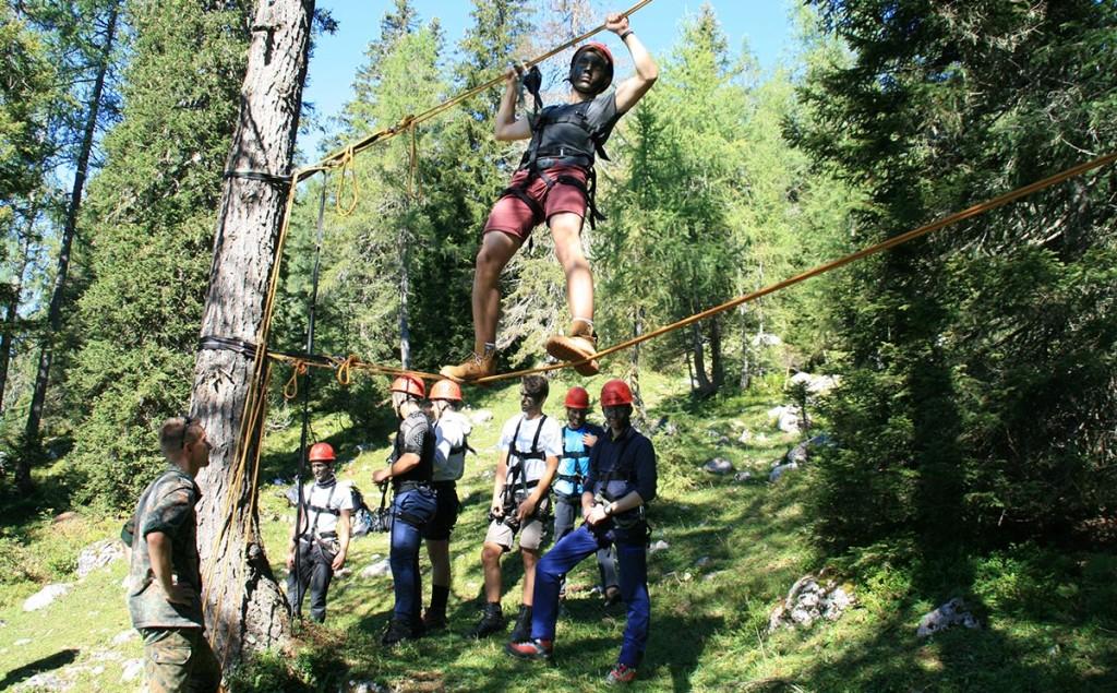 Die jungen Teilnehmer versuchen sich am Seilsteg.