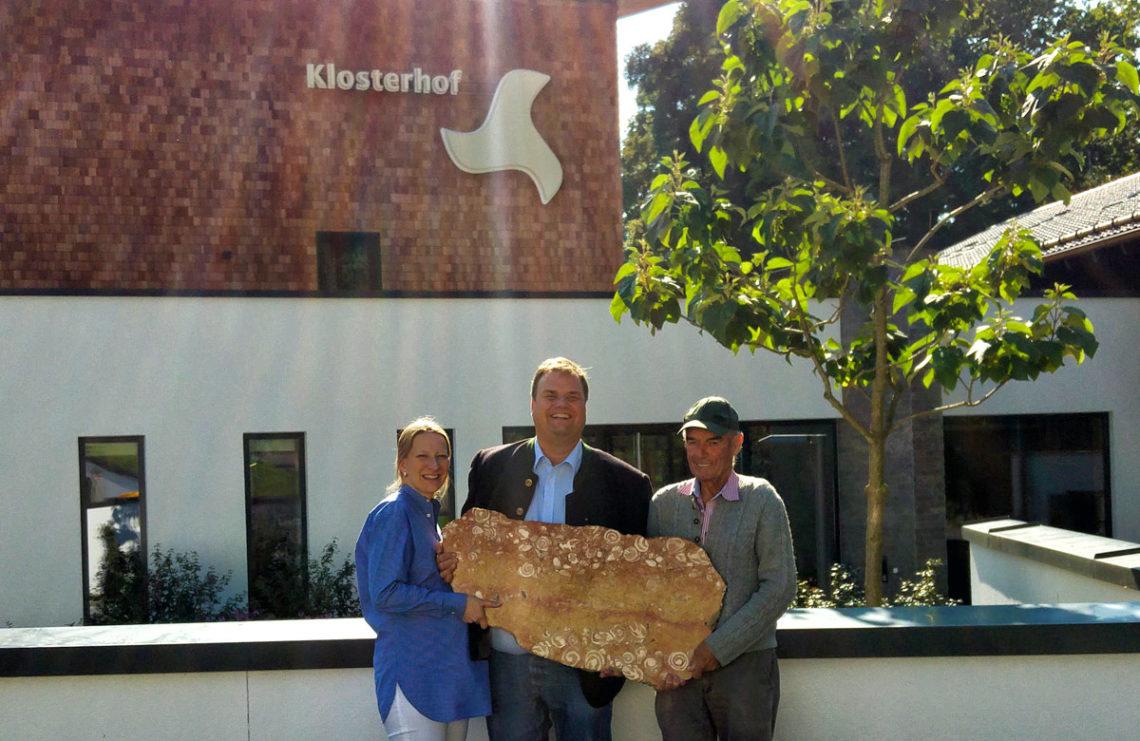 Familie Färber mit Hans Meisl mit dem Fundstück vor dem Klosterhof