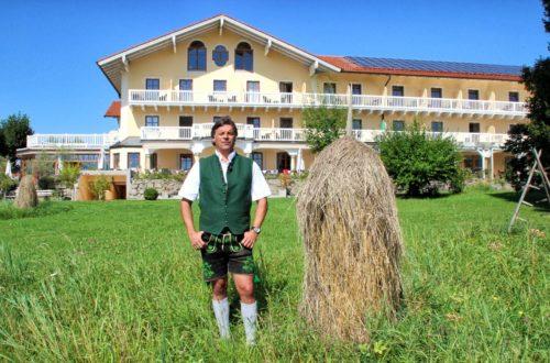 Hoteldirektor Michael Stöberl vor dem Gut Edermann
