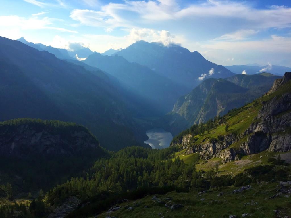 Langsam verschwindet die Sonne hinter den Gipfeln