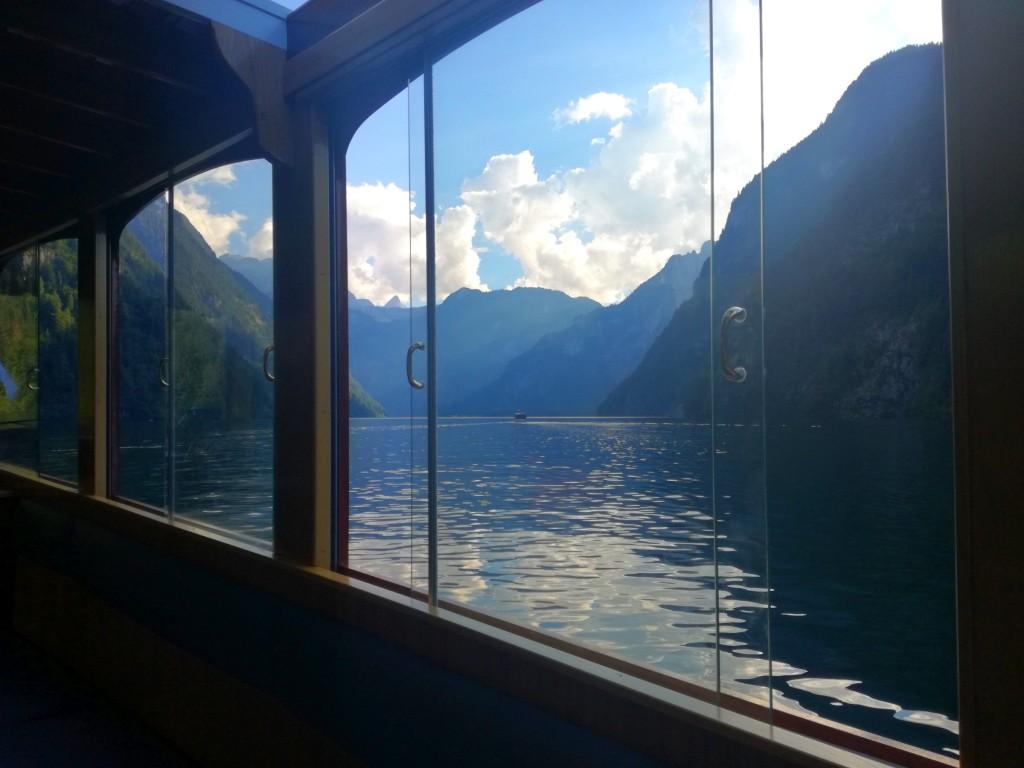 Der See spiegelt sich vom Schiff aus in der Abendsonne