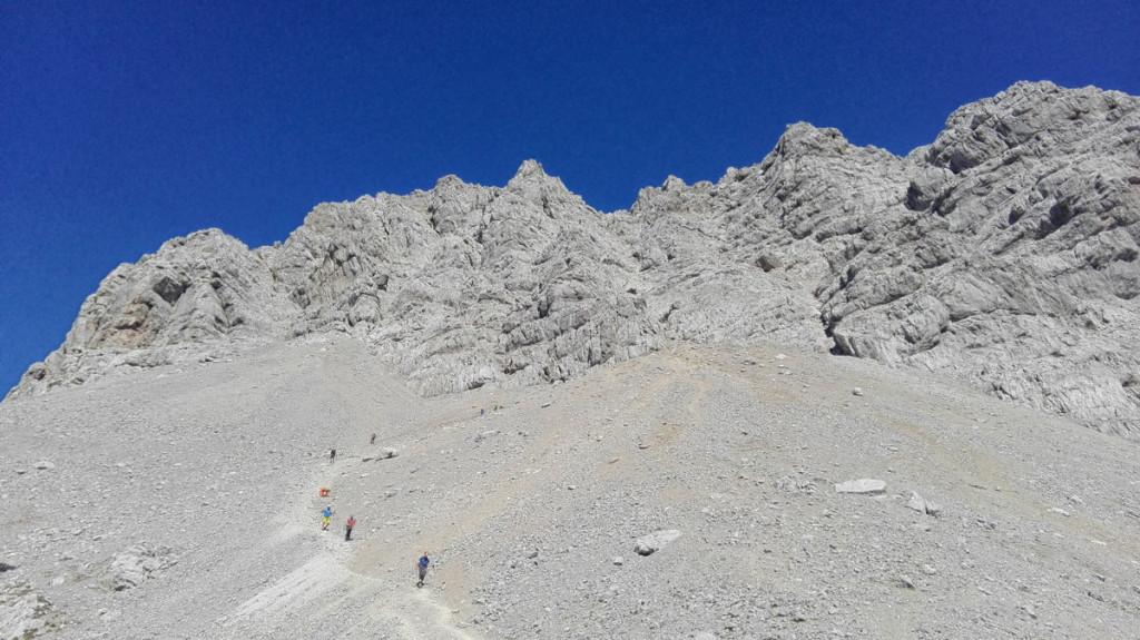 Rückblick über das obere Schönfeld hinauf zur durchkletterten Gipfelwand.