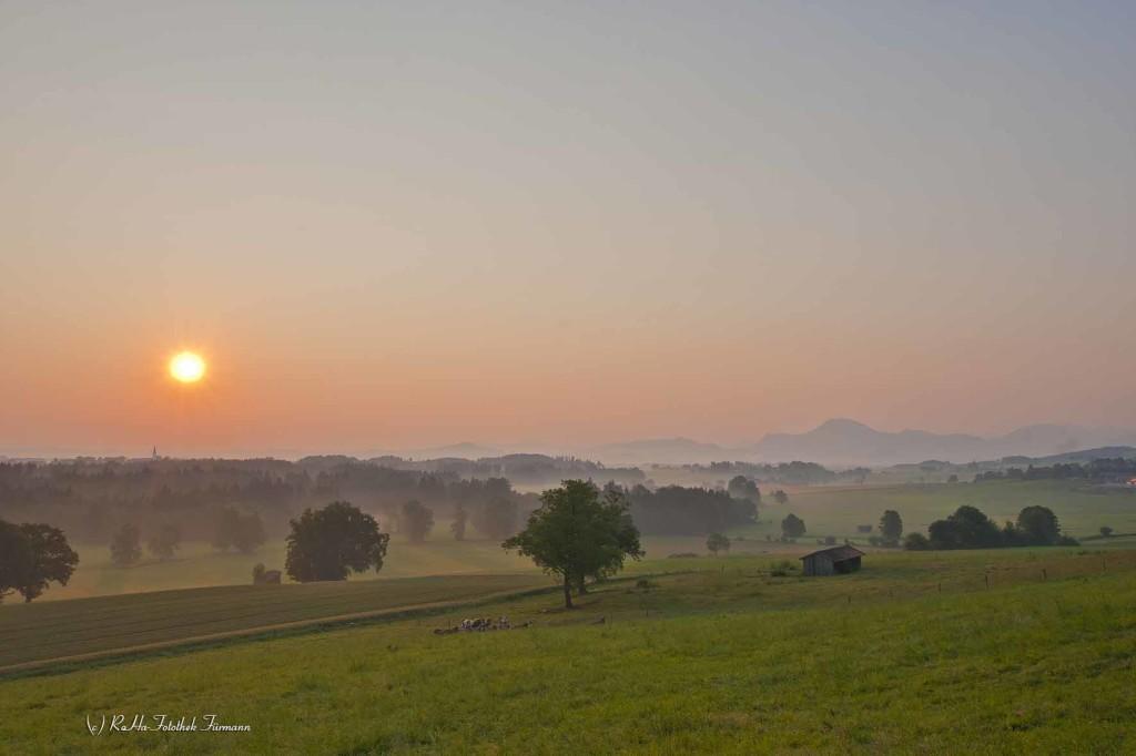 Sonnenaufgang von Vachenlueg (Gmd. Anger) aus - Rupertiwinkel, Berchtesgadener Land, Oberbayern, Deutschland, im Hintergrund die Bergkette über Salzburg