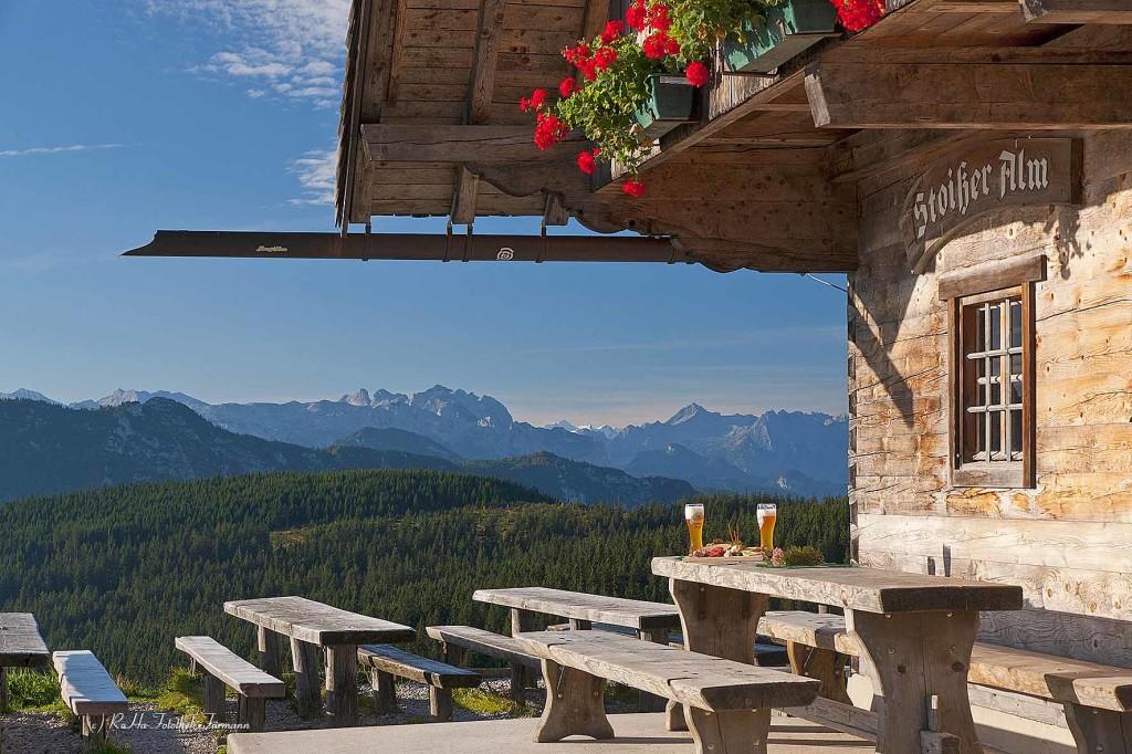 """Brotzeit auf der Stoißeralm auf dem Teisenberg (1334m), Berchtesgaden Alpen (Bayern, Oberbayern, Berchtesgadener Land, Deutschland), ein """"Magnet"""" für Wanderer und Mountainbiker"""