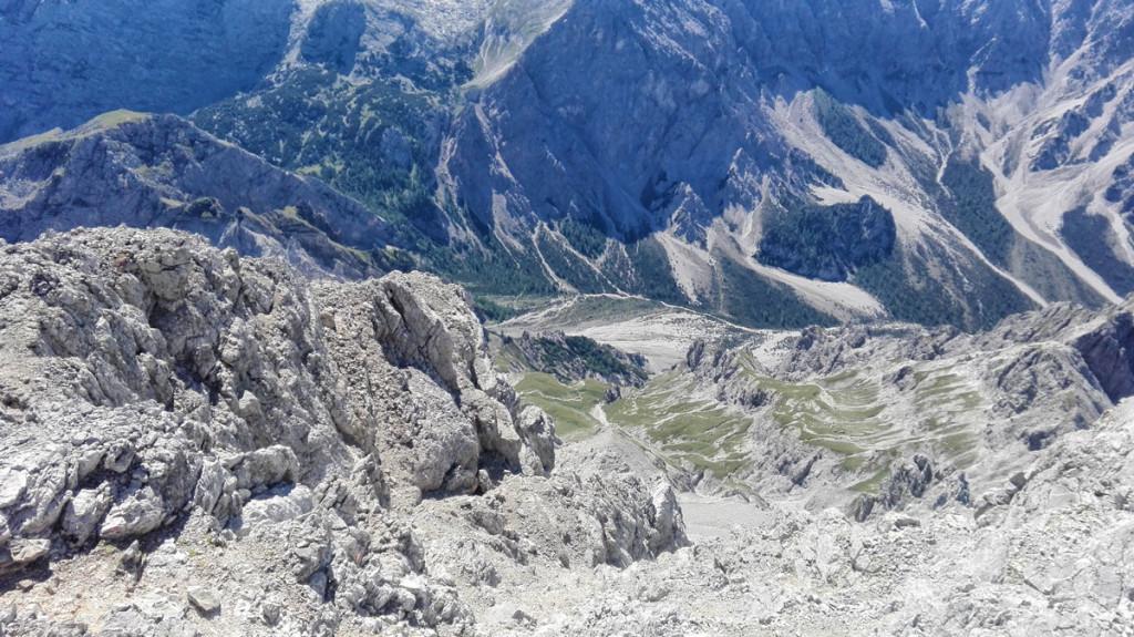 Tiefblick vom Gipfel auf das Abstiegsgelände.