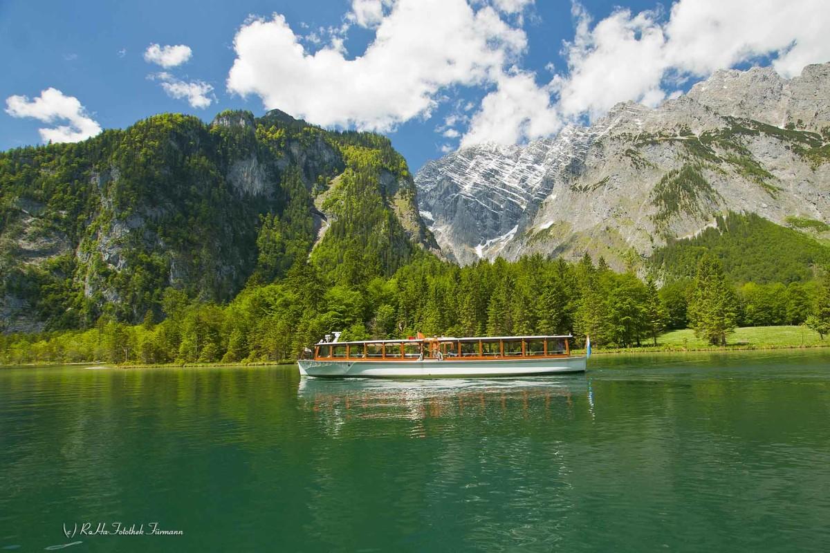 die Schifffahrt auf dem Königssees mit der Watzmannostwand im Hintergrund im Berchtesgadener Land, Oberbayern, Deutschland, Germany