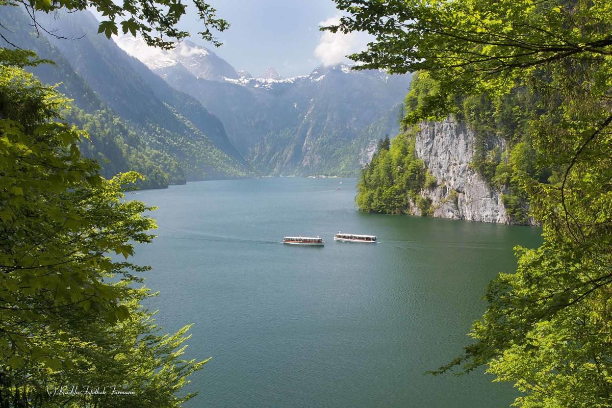 ein Schiff der Königsseeschifffahrt auf dem frühlingshaften Königssee im Berchtesgadener Land, Oberbayern, Deutschland, Germany