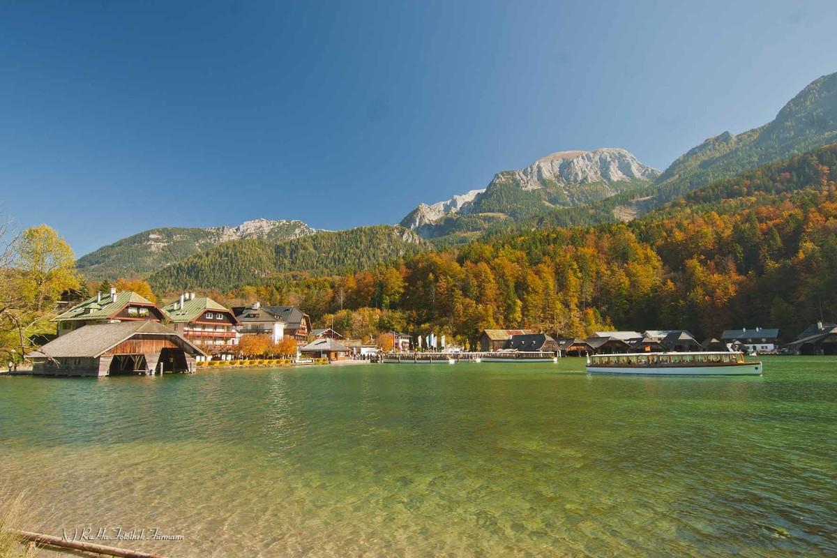die Seelände am herbstlichen Königssee im Berchtesgadener Land, hier legen die Schiffe an, die über den See nach Bartholomä fahren, Oberbayern, Deutschland, Germany