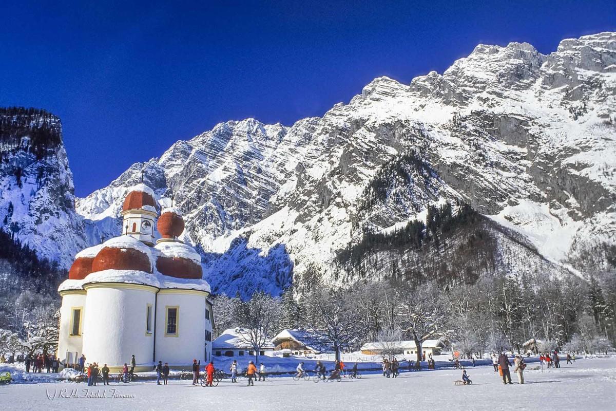 St. Bartholomä vor der tiefverschneiten Watzmannostwand, der tiefgefrorene Königsee, eine Besonderheit der Natur, die nur alle Jahre stattfindet, Berchtesgaden, Bayern