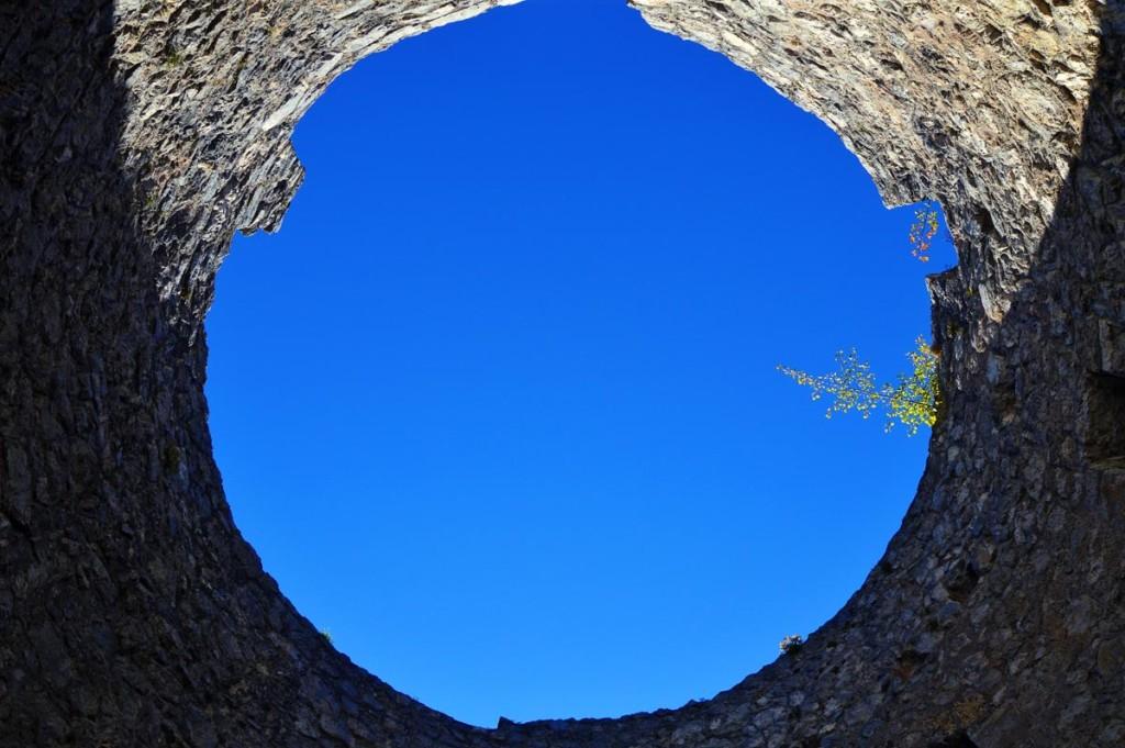 Blick zum Himmel durch den Turm der Burgruine