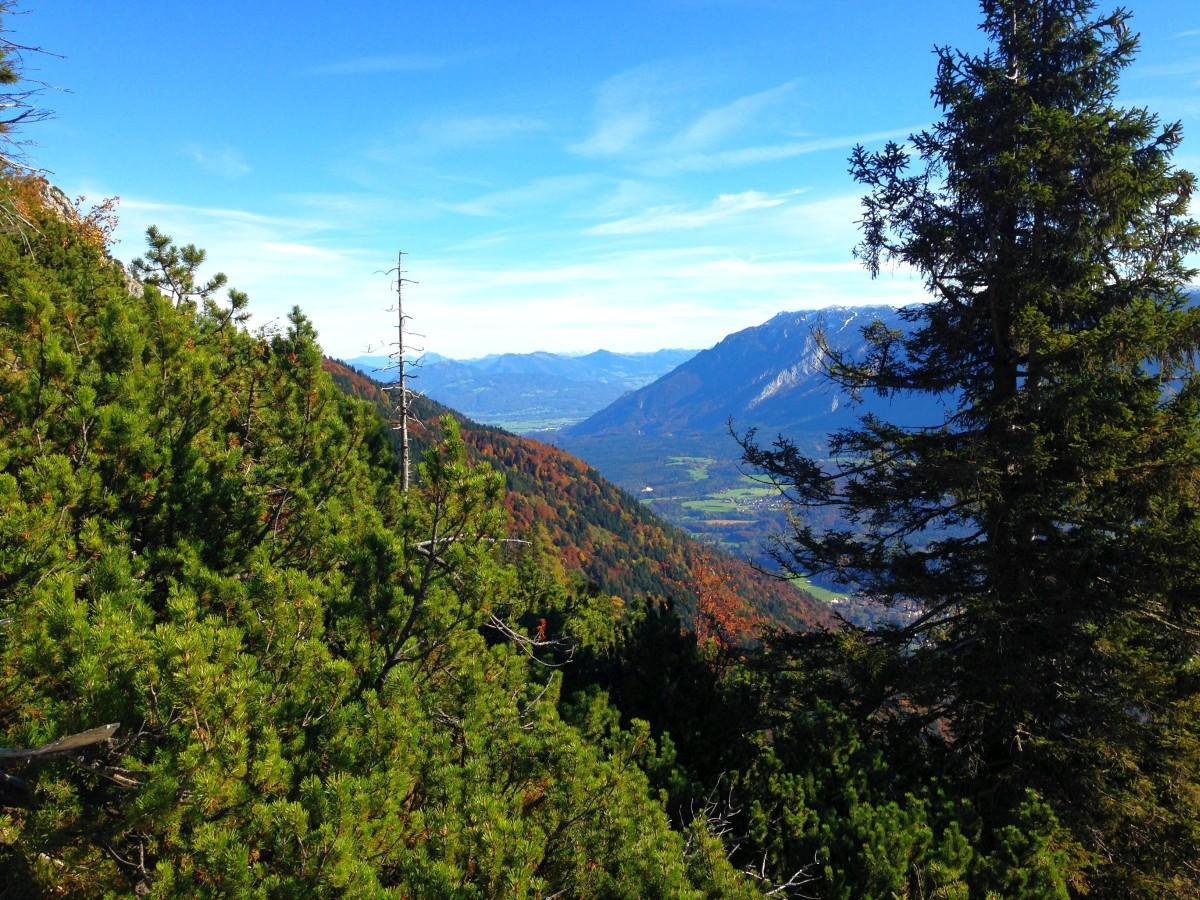 Aufstieg unterhalb der Goldtropfwand - Blick Richtung Fuderheuberg und Untersberg