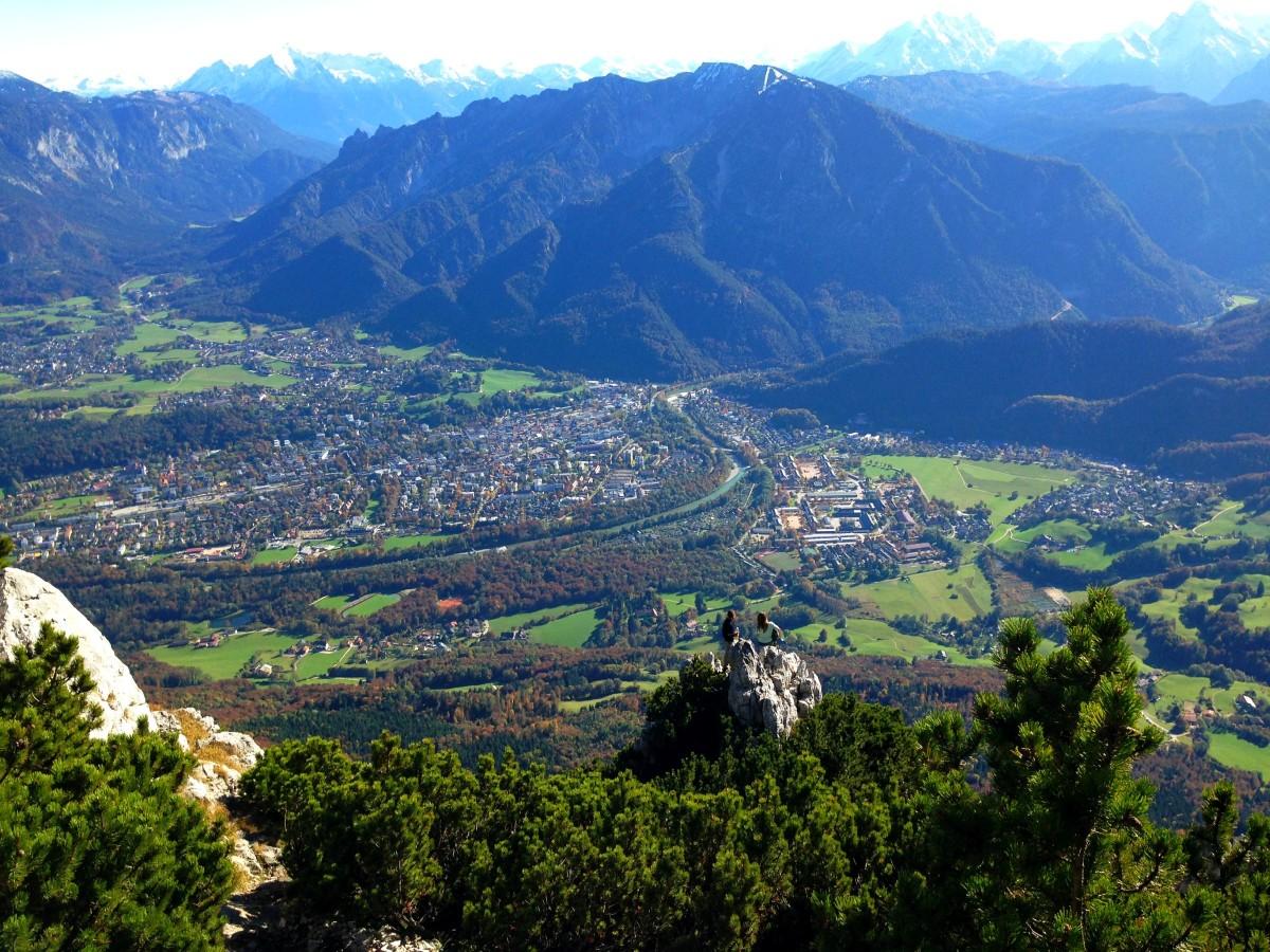 Blick zurück über den leichten Kletterstellen - zwei andere Wanderer haben sich eine mutigen Aussichtsplatz gesucht!