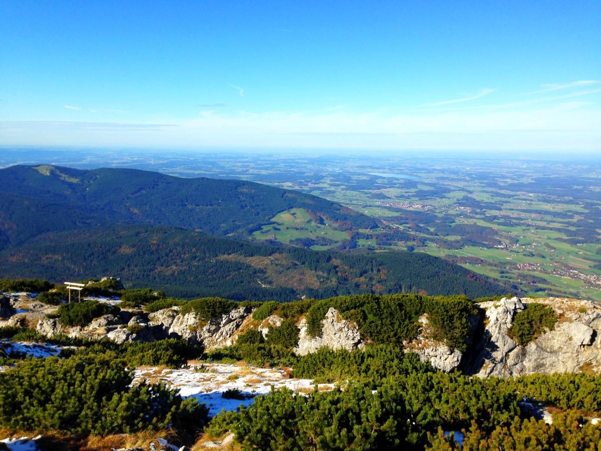 Blick vom Gipfel auf den Teisenberg mit Stoißer Alm und den Waginger See