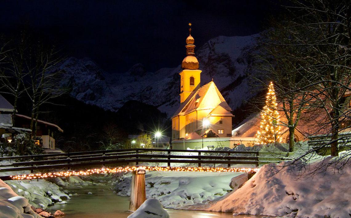 Kirche St. Sebastian Ramsau im Advent