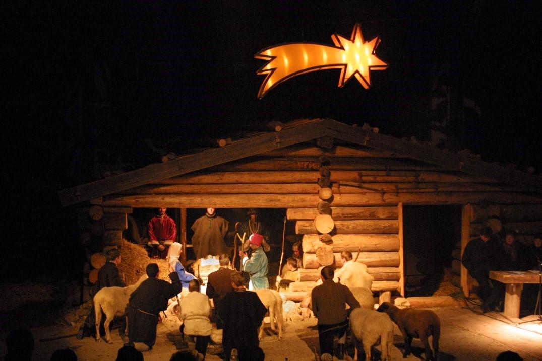 """Der """"Stern von Bethlehem"""" leuchtet den Laiendarstellern und ihren Tieren in der Reithalle der Hochstaufen-Kaserne."""