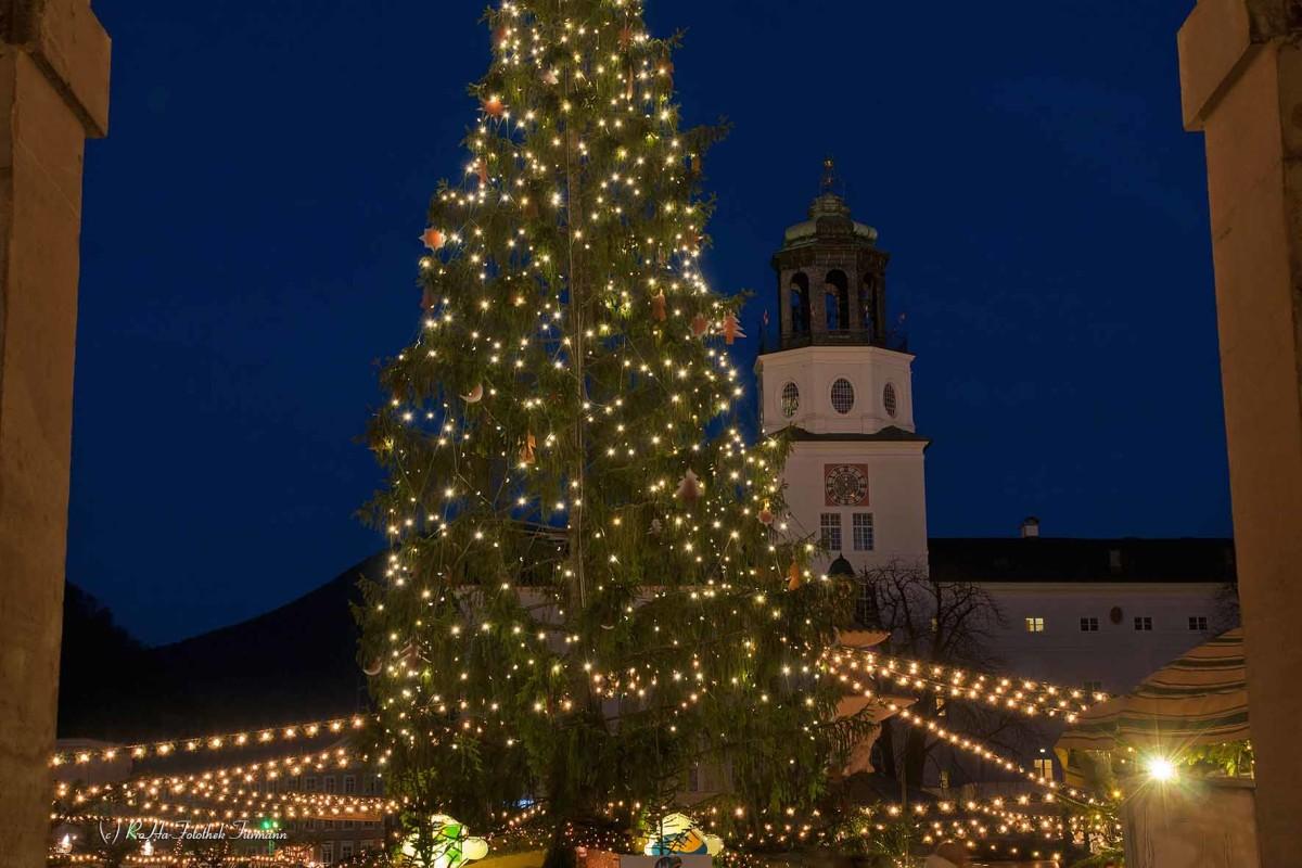 weltberühmter Christkindlmarkt auf dem Domplatz und Residenzplatz von Salzburg, Österreich