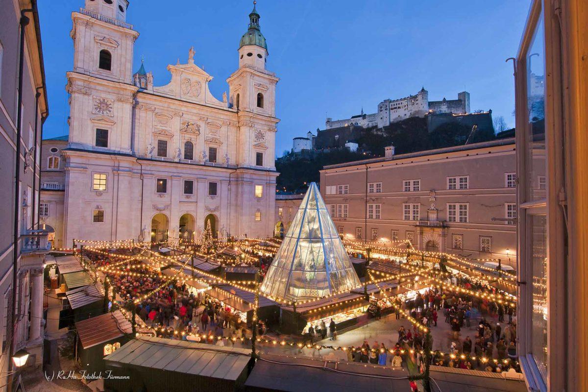 weltberühmter Christkindlmarkt auf dem Domplatz von Salzburg mit der Festung im Hintergrund, Österreich
